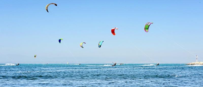 Αγγελοχώρι: Η παραλία με τον σταθερό αέρα για Kitesurf