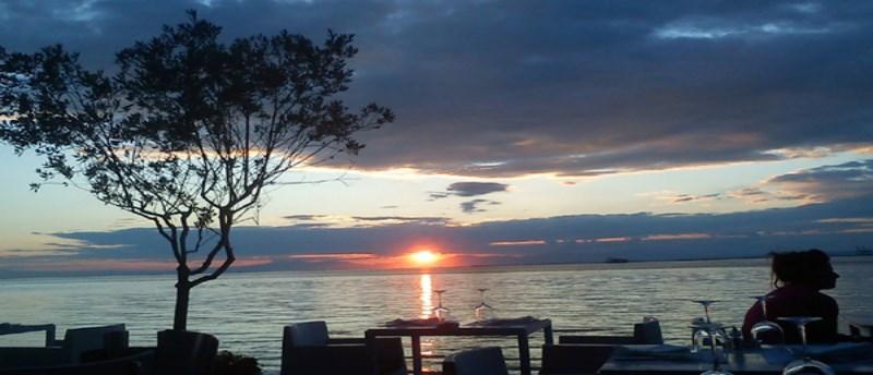 «Azzuro»: Καφές, φαγητό και διασκέδαση με φόντο το Θερμαϊκό
