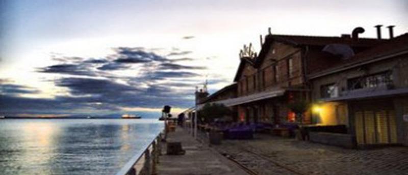 Kitchen Bar: Φαγητό και ποτό με θέα την παραλία της Θεσσαλονίκης