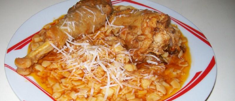 Κοτόπουλο με χυλοπίτες στη γάστρα
